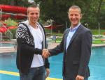 Mag. Oliver Oswald, Betriebsleiter im Asia Spa Leoben, gratuliert Dávid Verrasztó (links im Bild) zum Gewinn der Silbermedaille bei den Schwimmweltmeisterschaften. (Foto: © Asia Spa Leoben)